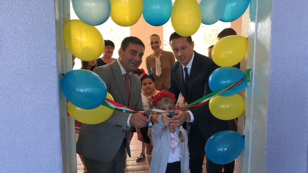Horváth Zoltán laptopokkal felszerelt nyelvi labort adományozott volnovahai gyermekeknek